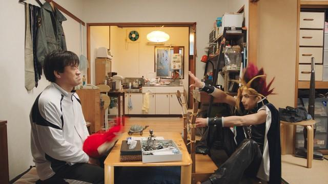 《怪物彈珠》請來福田雄一導演拍攝聯動廣告。主角為多次與福田雄一合作的演員,佐藤二朗(左)和賀來賢人(右)。