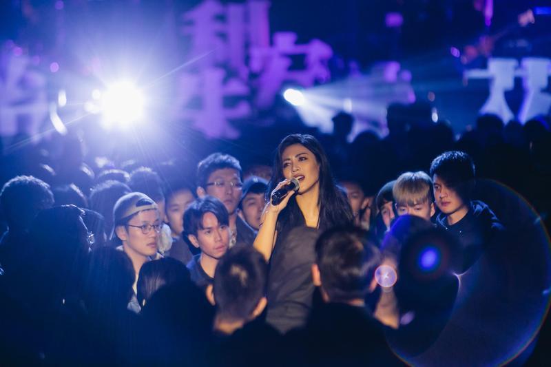 MV畫面來自己之前艾怡良在台北的演出。(環球唱片提供)