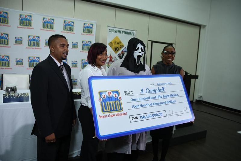 牙買加一名樂透得主打扮成《驚聲尖叫》殺人魔造型領獎。(Supreme Ventures推特)