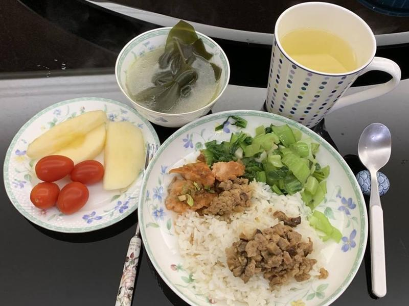 桃園市長鄭文燦趁情人節放閃,PO出老婆的愛心早餐。(翻攝自鄭文燦臉書)