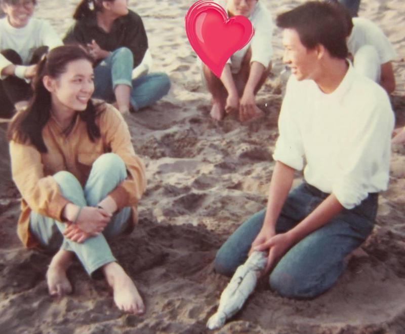谷懷萱今(14日)在臉書上貼出一張大學時期和同學到海邊遊玩的照片,照片中她和徐展元「四目相對」,讓網友大讚是「命中註定」。(圖擷自我是谷懷萱臉書)
