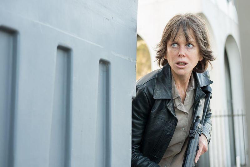 妮可基嫚在新片《毀滅者》飾演身心俱疲的警探艾琳,不僅扮醜扮老,還接受軍事訓練演出槍戰場面。(車庫娛樂提供)