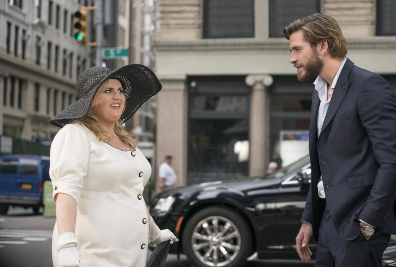 「胖艾美」瑞貝爾威爾森(左),在《好不浪漫》被帥哥連恩漢斯沃倒追,倆人造型分明就是在挖苦《麻雀變鳳凰》。(Netflix提供)