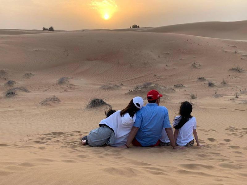 郭台銘在臉書上貼出一家五口坐在沙漠中看著暖陽的合影照片,也祝天下有情人「心中有愛,風雨無懼」。(翻攝自郭台銘臉書)