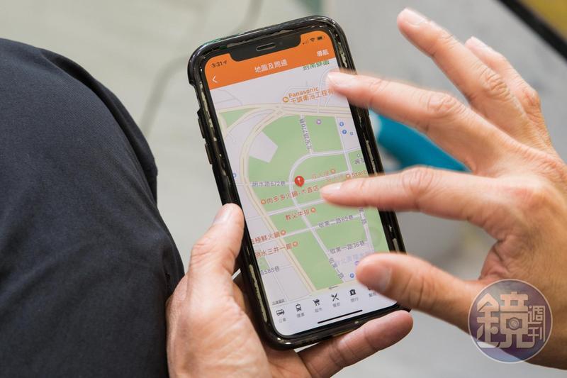 王少偉的手機滿載國內外房地產App,工作空檔之餘就打開查看。