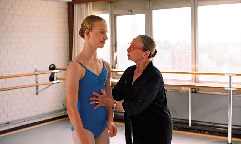 男主角維克多波斯特扮起少女芭蕾舞者有著渾然天成的纖細優雅,初次演戲的他就能演出角色的複雜情緒,令人驚豔。(鏡象提供)