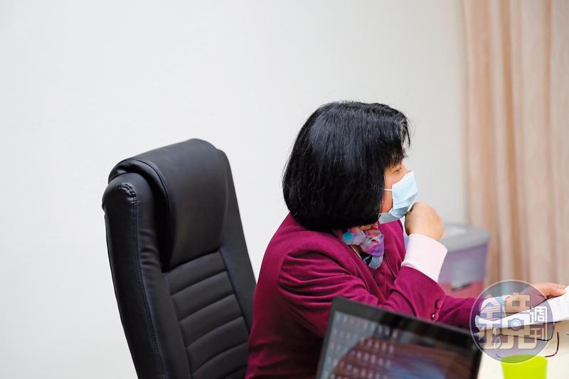 黃主任被誣指貪瀆4千元郵票,政風室和廉政署的調查讓她身心俱疲。