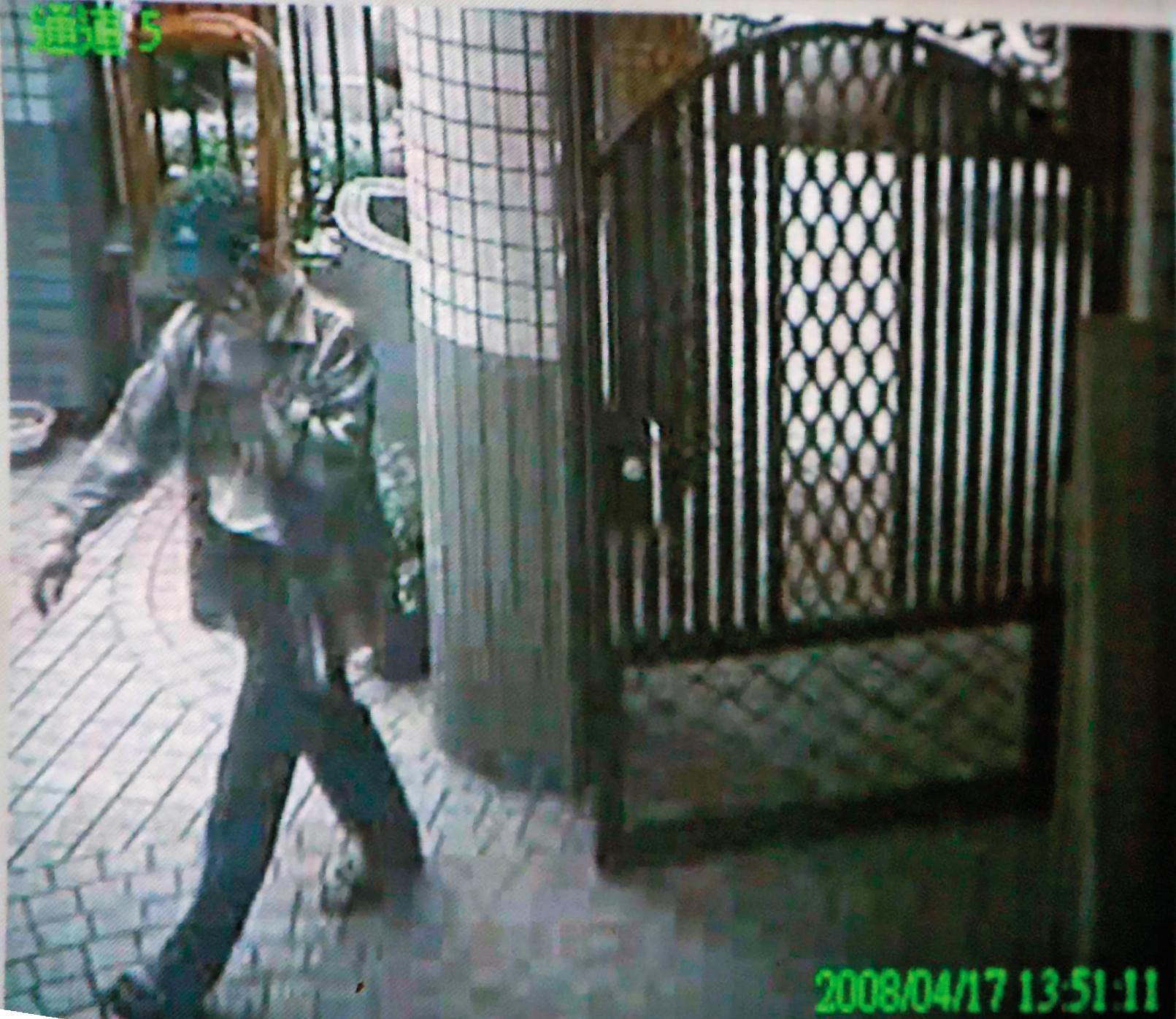 警方從各種事證,加上林吉杉出入社區大樓的監視畫面,更加確定他就是殺害葉女的凶嫌。(翻攝畫面)