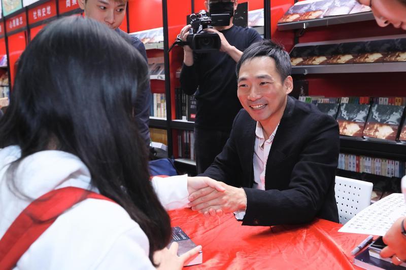 石頭在台北國際書展上,與書迷分享創作背後的點滴。(時報出版提供)