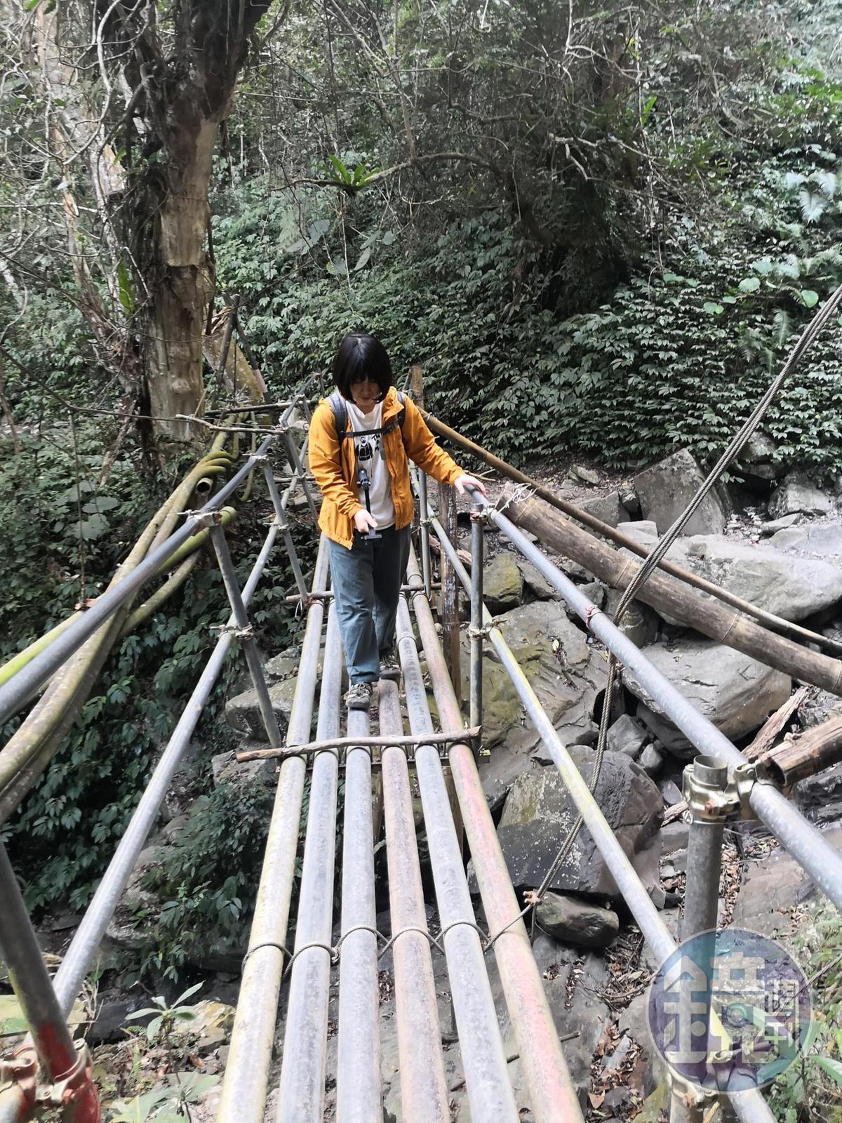 居民搭建的水管橋。