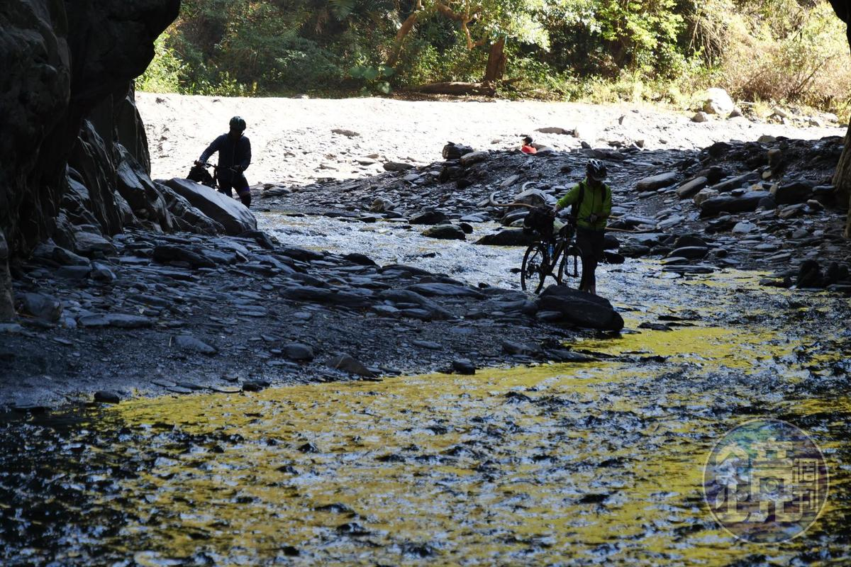 冬季可見單車族off road過溪。