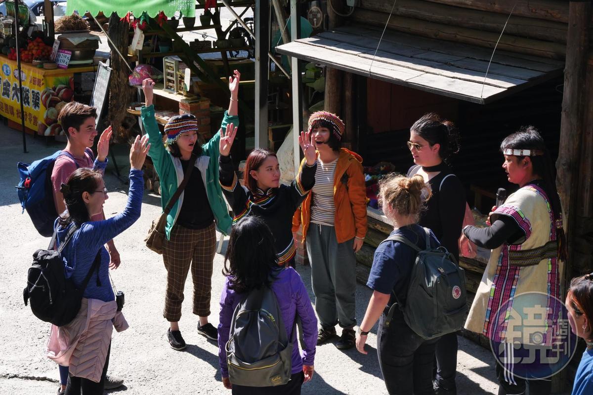 天性自然不做作,遇遊客前來, 瓦歷斯便現場帶起舞蹈教學。