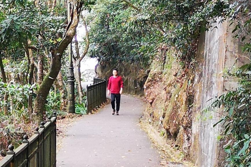 有網友在香港爬山,自曝巧遇林青霞。(翻攝自左小小夏微博)