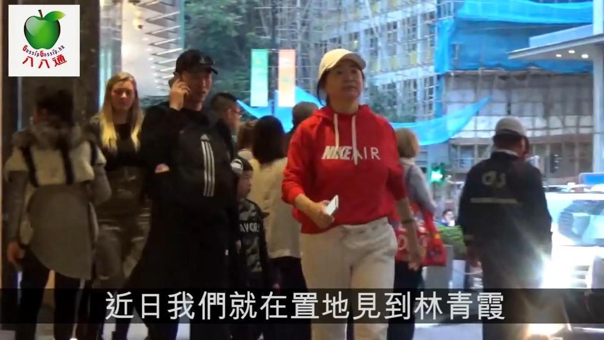 林青霞年前逛街被港媒野生捕獲,比以往胖了一圈的她飄出嬸味,但她毫不在意,快活走在香港街頭。(翻攝自八八通GossipGossip影片)