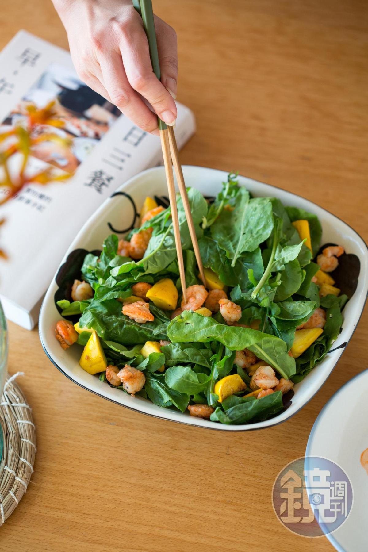 《日日三餐,早‧午‧晚:葉怡蘭的20年廚事手記》不僅是葉怡蘭日常料理的圖文輯,也是一本簡易操作的實用食譜。