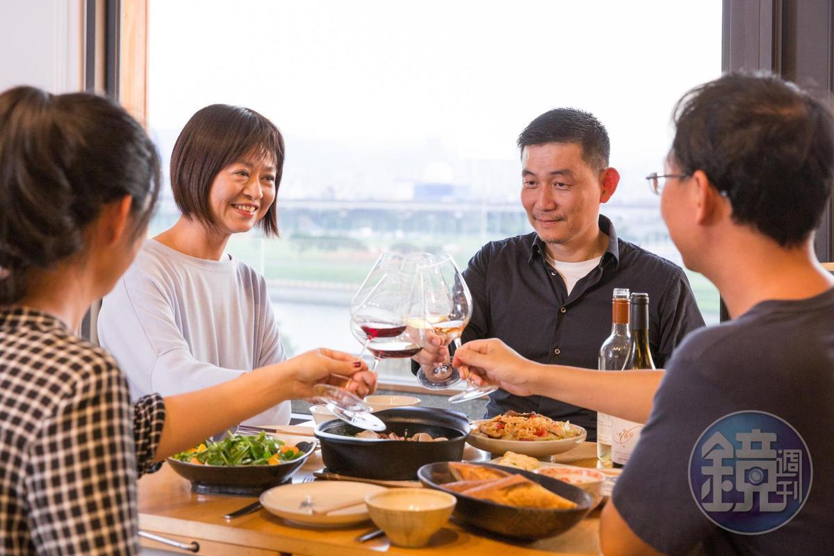 日日料理就是意謂有許多待整理的鍋碗杯盤,但只要家人共同分工整理,一起吃飯也甘美。