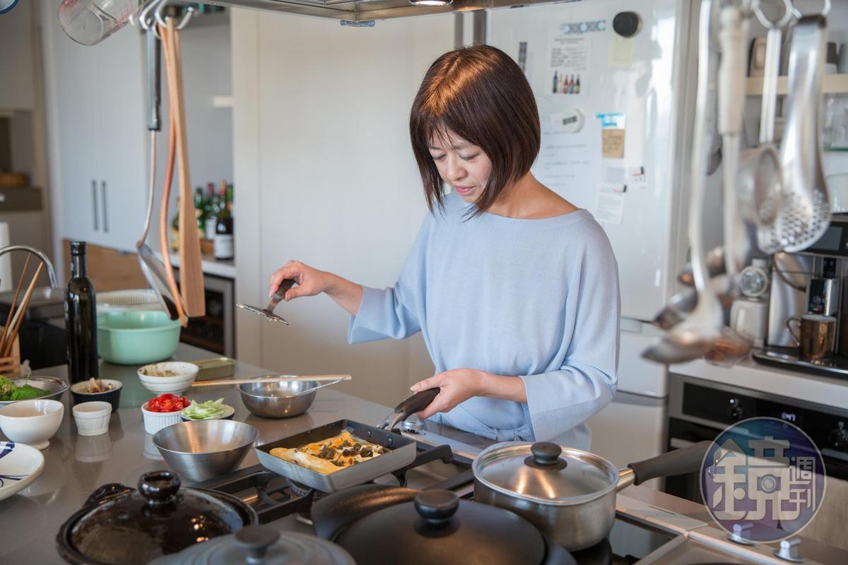 畫面裡左側的洗手槽,是葉怡蘭先生王鎮志最常協助太太洗滌餐具的主場區。