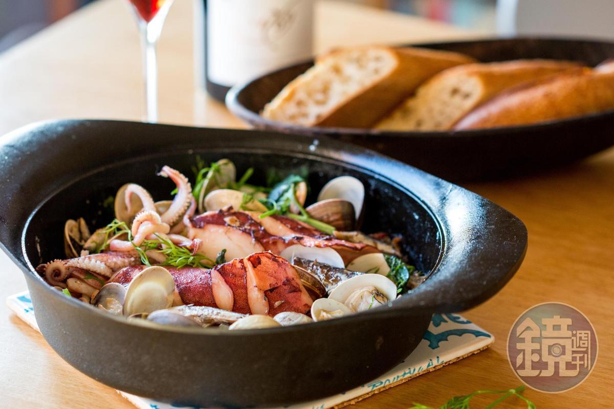 葉怡蘭下廚訣竅在擅長運用食材「鮮」味勾勒菜餚風味,這道「油漬沙丁魚茴香燴海鮮」就展現組合多樣海鮮,堆疊出海洋鮮味的概念。