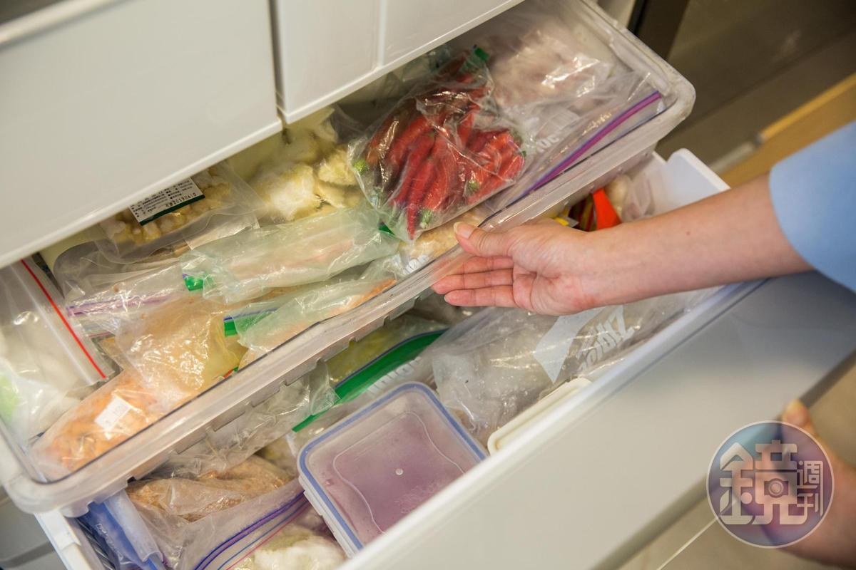 葉怡蘭的冰箱是十足地勤快的好太太冰箱,她先把鮮味食材和香料蔬菜分裝冰凍,簡化料理的前置工作。
