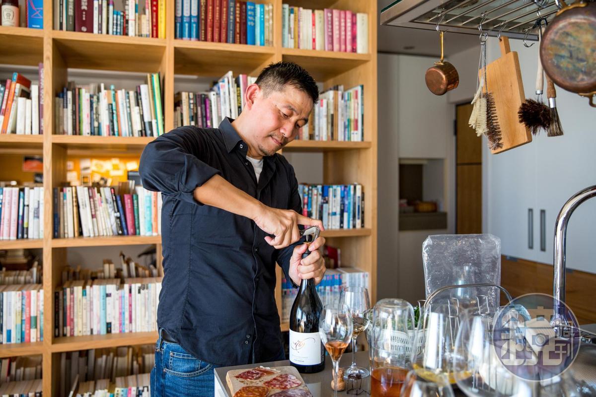 有會做菜的朋友最棒了!葡萄酒專家林裕森帶著家裡的常備酒,來作家葉怡蘭家裡吃飯,交情夠好的他提前抵達,因為要貼心地開酒「看著」好友料理。