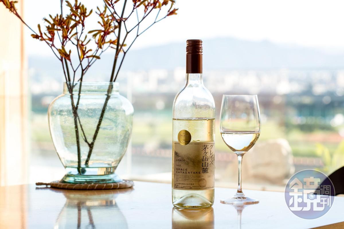 色調幾近透明的「Grace WineGrace Koshu, Kayagatake茅ヶ岳, 2017」,滋味清雅留白,很適合當成家庭常備酒,容易搭配家庭料理。(捷孚,1,200元/瓶)