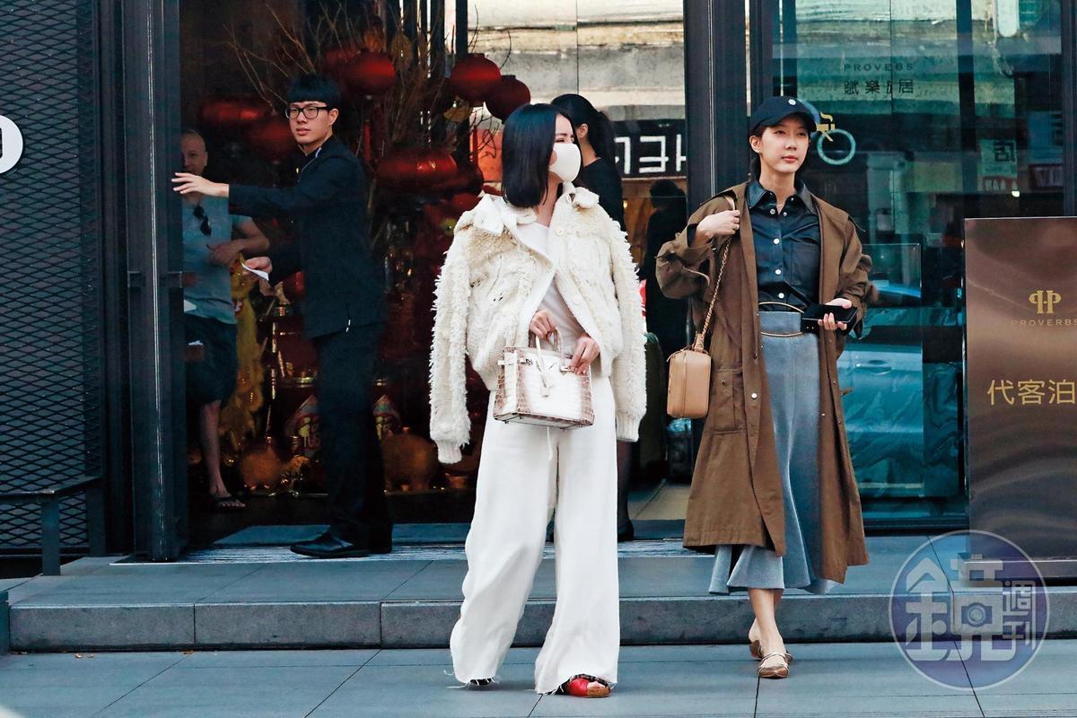 1月31日13:37,李毓芬(左)和宋米秦(右)現身在台北大安區逛街,李毓芬手提要價百萬元以上的鱷魚皮愛馬仕包,相當貴氣。
