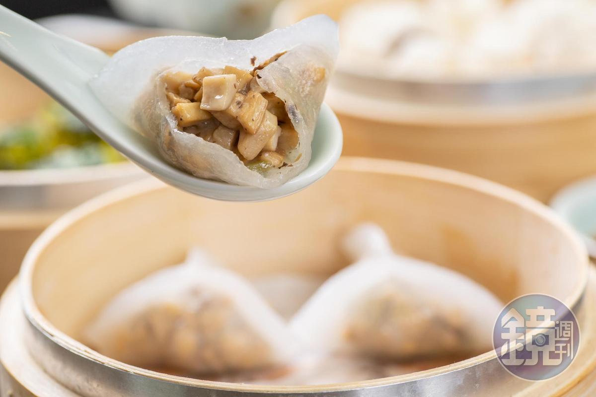 「黑松露野菌餃」外皮彈Q,松露香氣濃郁,能嘗到菇類的脆度與鮮甜。(180元/份)