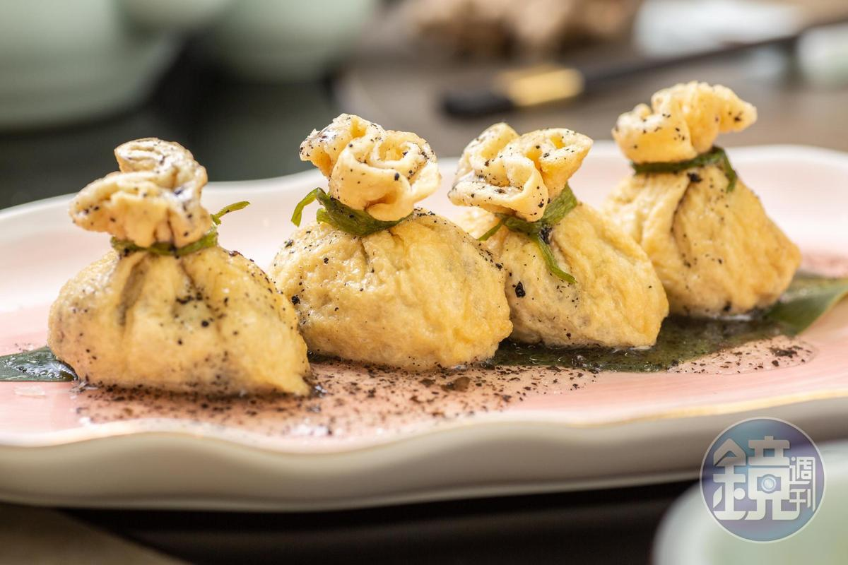 「特級石榴球」以腐皮包裹荸薺、豆薯和櫛瓜,再淋上黑松露醬。(420/份)