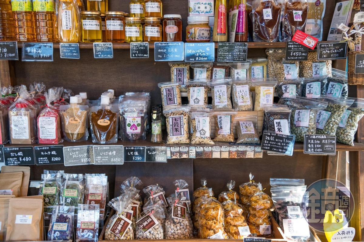 店內販售當地農民自己生產的各種農產品。