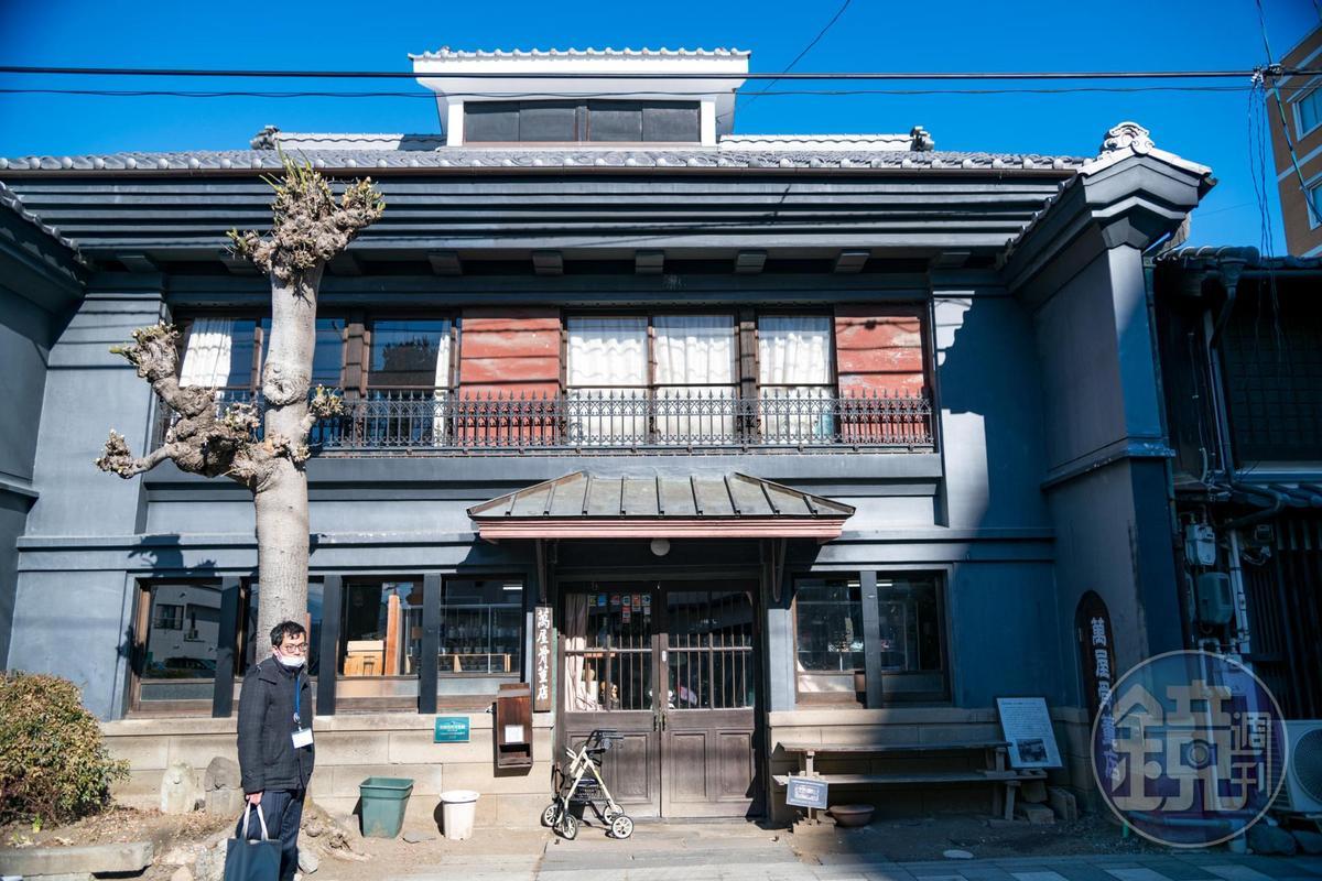 「萬屋骨董店」位在百年建築中,曾是舊小諸銀行舊址。
