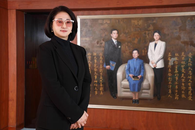 站在與婆婆吳舜文、夫婿嚴凱泰畫像前,嚴陳莉蓮要繼續圓「國車國造」夢想。(裕隆提供)