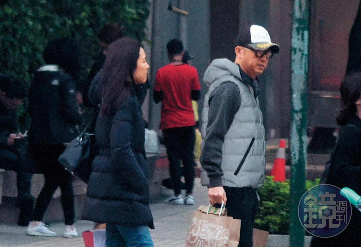 2月1日17:23,哈林(右)跟生完兩胎的老婆張嘉欣(左)回到「台北花園」,郭台銘就住隔壁。