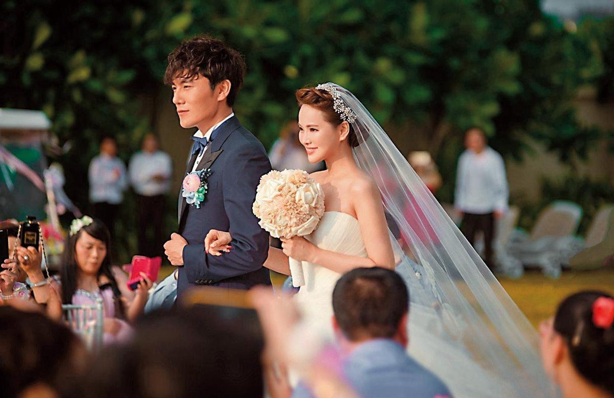 嫁給嫩夫秦昊(左),伊能靜(右)的婚後生活似乎過得非常順心,且擅於分享自己的生活,屢屢登上各家新聞。(大幕拉開提供)