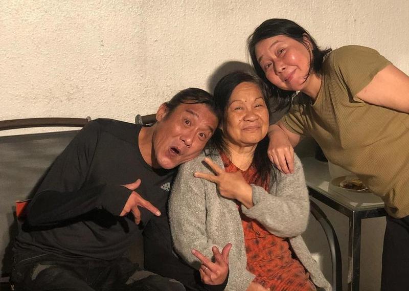 梁家輝和家中幫傭Delia感情超好,被女兒形容是「爸爸最好的朋友」。(翻攝自nikkiechleung IG)
