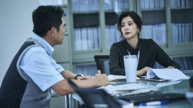 在公視《我們與惡的距離》的賈靜雯強忍著喪子悲痛擔負電視台主管重責。(公視提供)