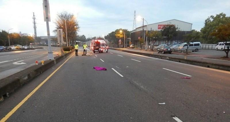陳姓婦人今清晨穿越馬路遭自小客撞上,彈飛10多公尺當場死亡。(警方提供)