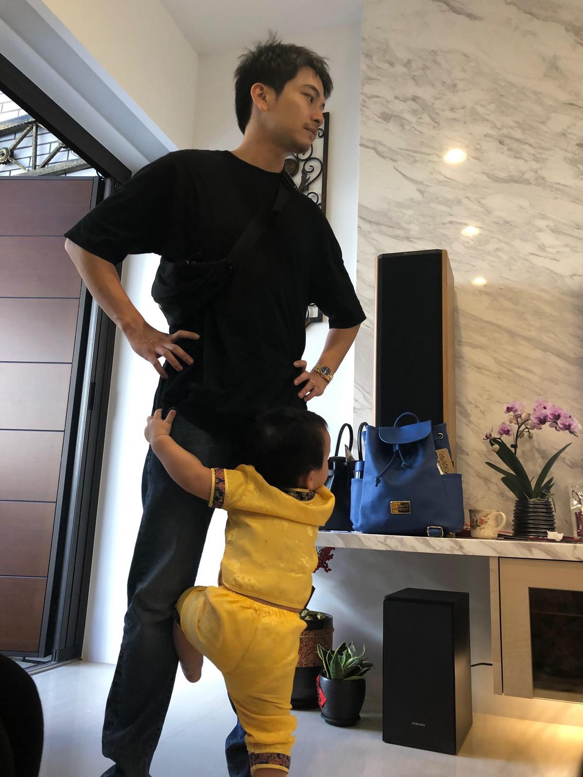 楊銘威透露,小兒子Sunny最愛黏著他。(楊銘威提供)