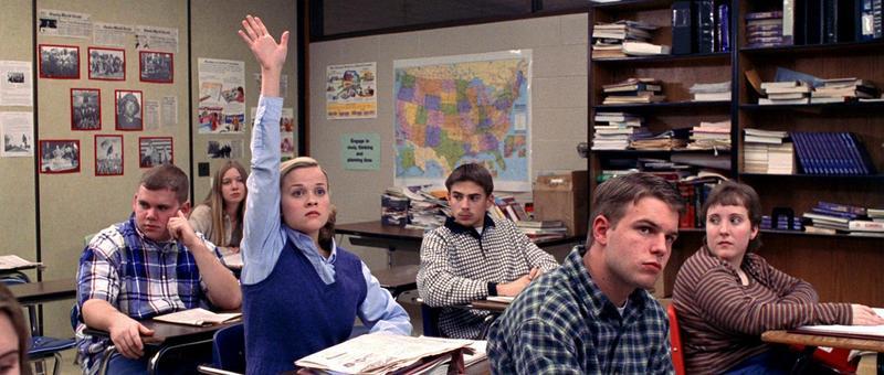 你以為「妙麗式舉手」是J.K.羅琳發明的嗎?錯,早在1999年的《風流教師霹靂妹》,芮絲薇斯朋(左三)就已經做過了。(金馬影展執行委員會提供)