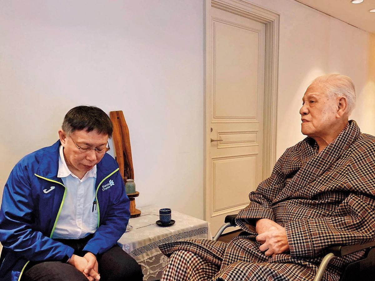 會面當天,李登輝(右)認為柯文哲(左)表現良好,見面第一句話就要他選總統。(翻攝柯文哲臉書)