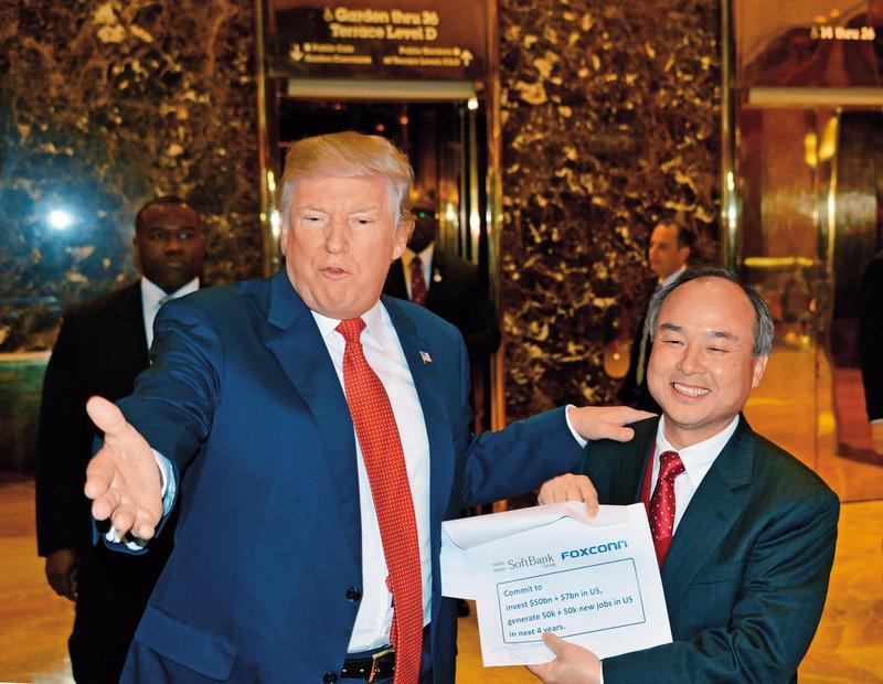 軟銀董事長孫正義(右)投資眼光精準,手上擁有近千億美元的創投基金。(東方IC)