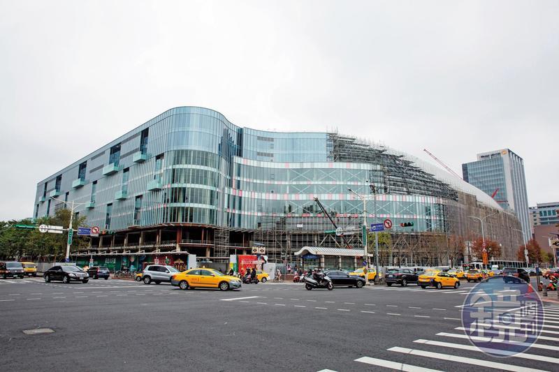 大巨蛋商場流線的玻璃外牆,一度被Google相中,打算放上企業識別標誌,做為獨立辦公室使用。