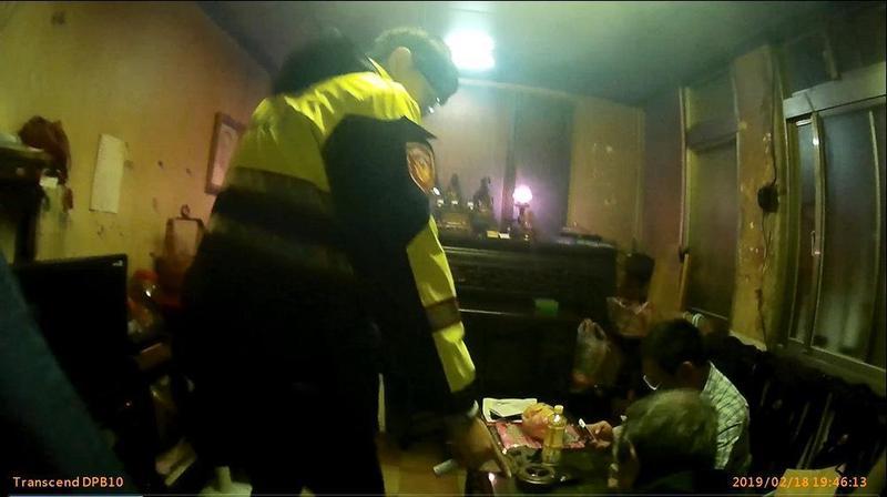 員警到場時王男還拿著毒品吸食器,當場被逮捕。