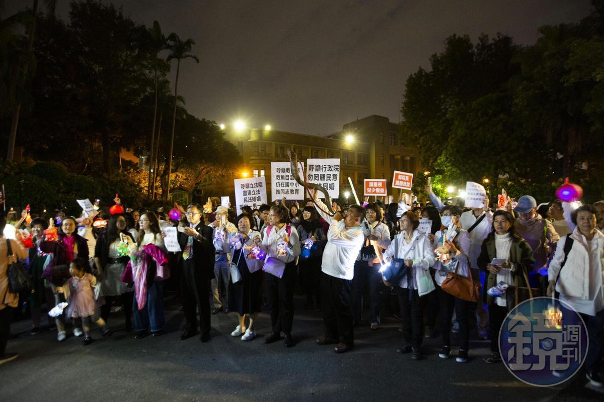 現場民眾高舉標語,呼籲立法院盡速立民法婚姻限定一男一女。