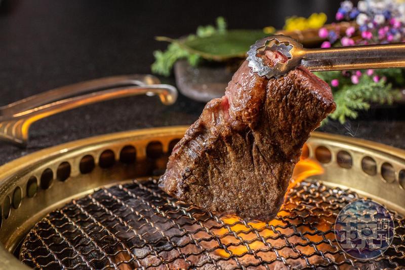 取自牛中腹的「貝身肉牛排」肉紋肌理均勻,油花適度,沒有和牛太油膩的口?#23567;#?,480元/150克)