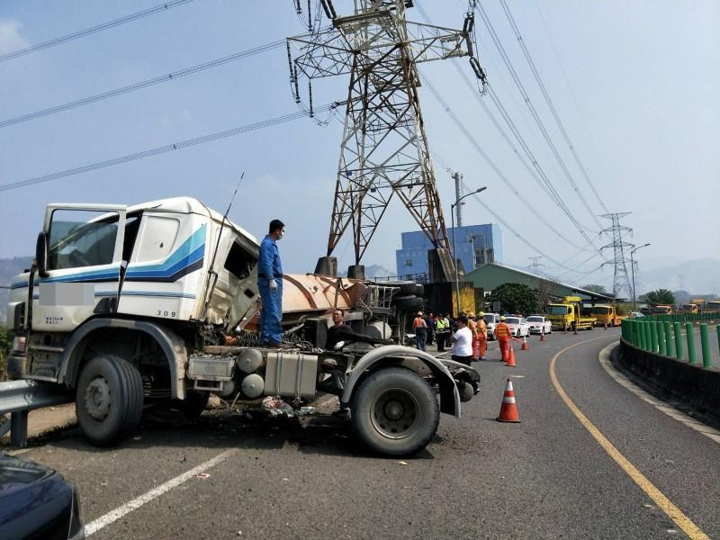 砂石車在國6東草屯交流道匝道處翻覆,駕駛傷重不治,員警趕至處理。(警方提供)