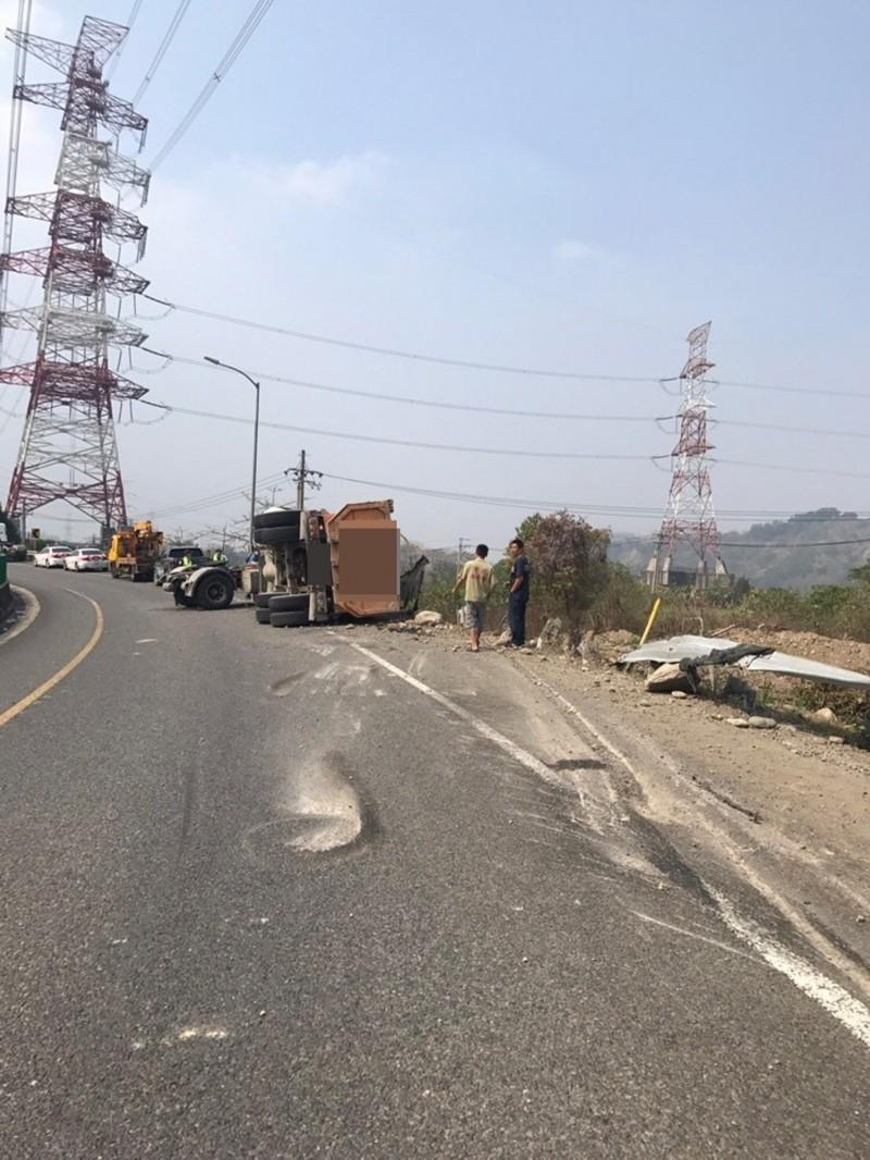砂石車在國6東草屯交流道匝道上翻覆,載運的砂石沿路掉落。(警方提供)