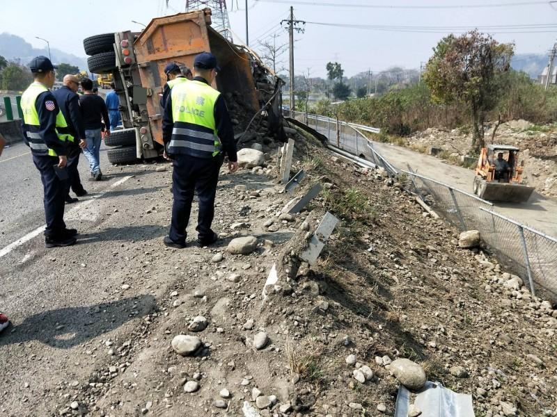砂石車在匝道上翻覆影響交通近兩小時。(警方提供)