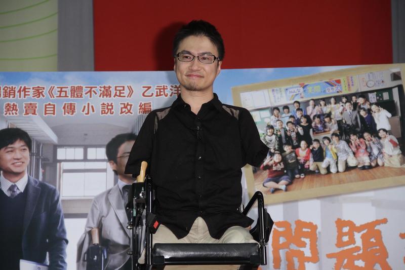 《五體不滿足》作家乙武洋匡2016年爆發外遇醜聞,根據日媒報導,他和去年交往的女大生已見過雙方家長,似乎好事近了。(東方IC)