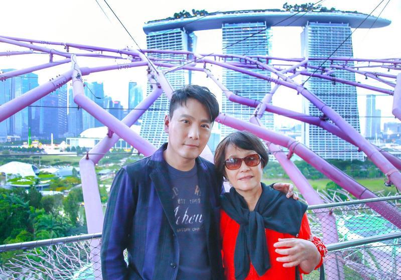 張信哲一家飽覽新加坡美景,他攬著「前世情人媽媽」合照。 (潮水音樂提供)