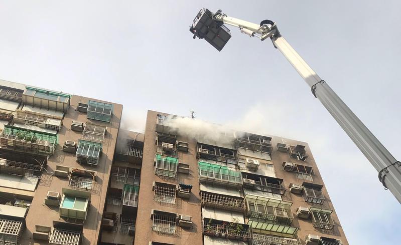 台北市士林區一棟大樓上午9時傳出火苗濃煙,遭濃煙嗆傷的一名男子被送醫治療。(北市消防提供)